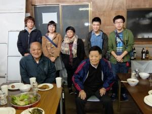 伊藤会長(前列左)、小林顧問(同右)と学生諸君