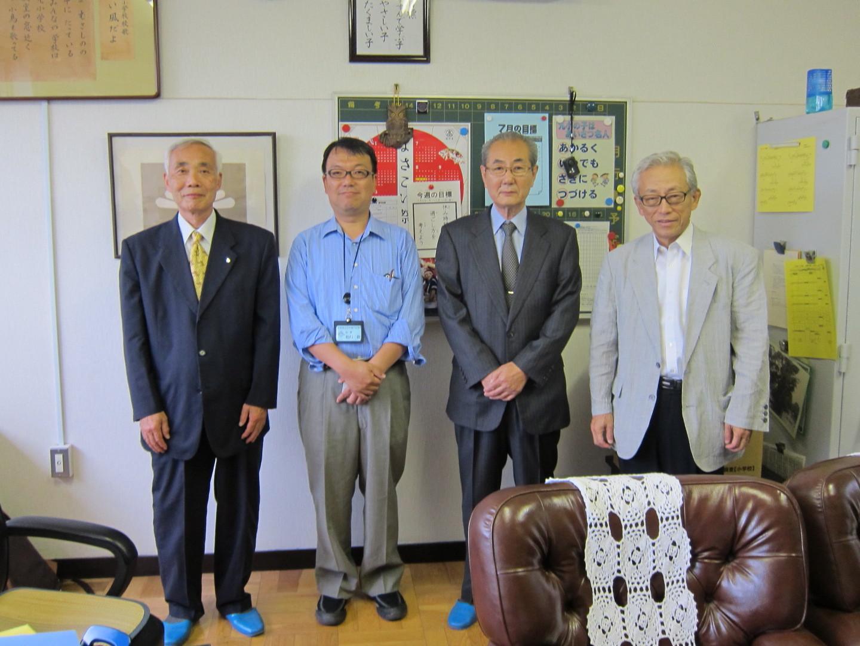 松原 修校長(左から2人目)と講師陣