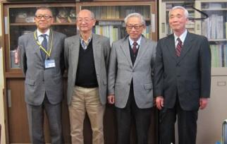 左から森 拡司小平二小校長と、講師陣の大島、小山、峯岸の3氏