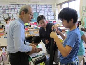 鈴木さんが示す繊維サンプルに興味津々の生徒たち