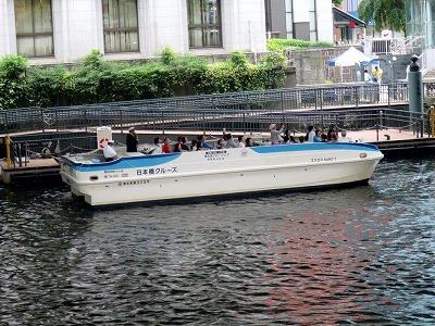 窓の外には隅田川のクルーズ船