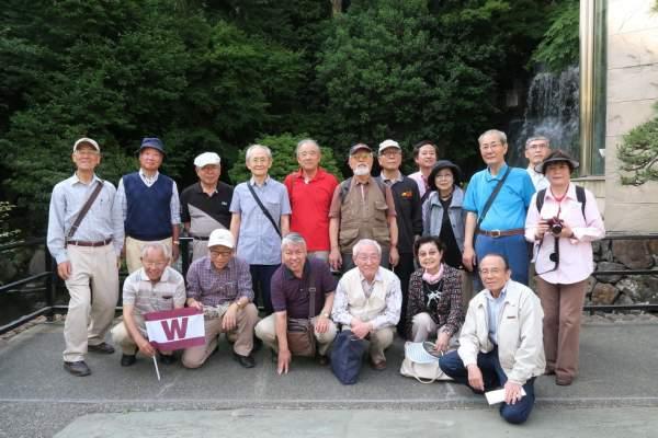 椿山荘滝の前で集合写真