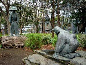 農家の娘に山吹をさし出された道灌 (新宿中央公園にある像)