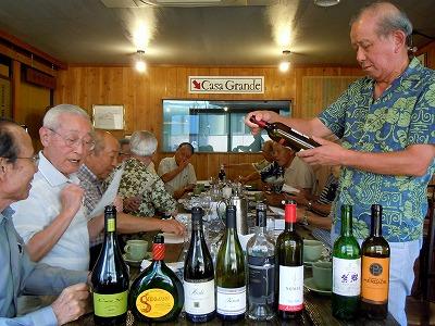 ワインをチェックする山梨観光大使の早川さん