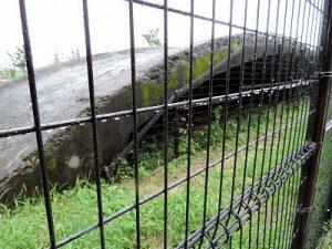 公園の片隅の有蓋掩体壕。時代に流されず残っていた