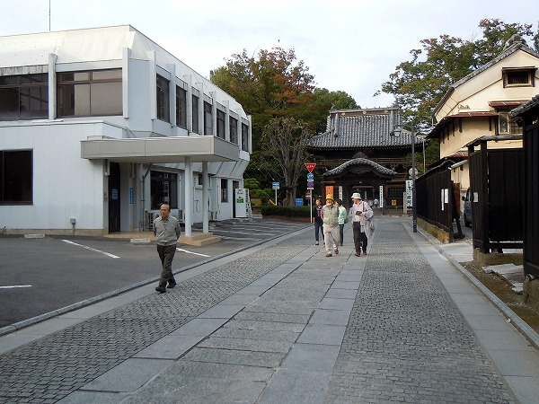 鑁阿寺を参拝して。左の建物が小平さんご誕生の病院