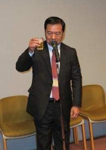 乾杯の音頭を取る高野氏