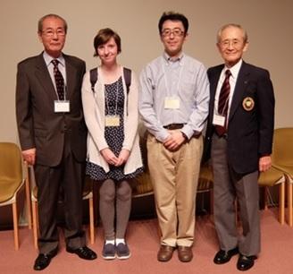 学生諸君と笑顔の栗原新課長(右)、 留学生ステイ先オーナーの鈴木さん