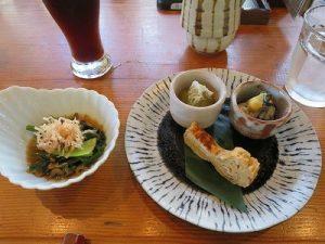丸皿に出汁巻き玉子、蒸牡蠣酢味噌掛け、翡翠なすのおぼろ昆布あえ 小鉢は小松菜の煮びたし