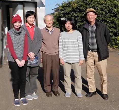 学生諸君と栗原会長(中央)、大島幹事長(右)