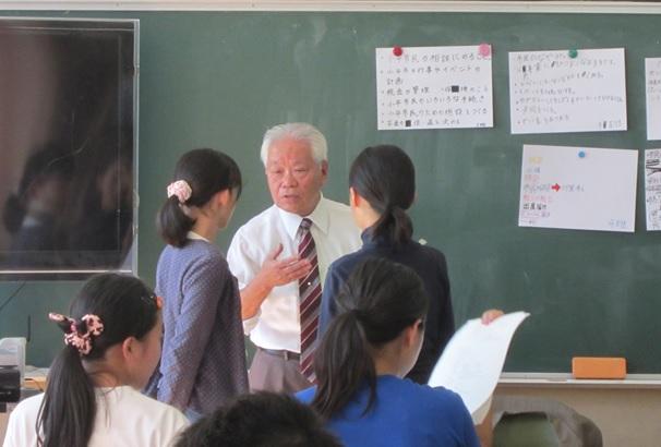 生徒の質問に丁寧に答える大野さん