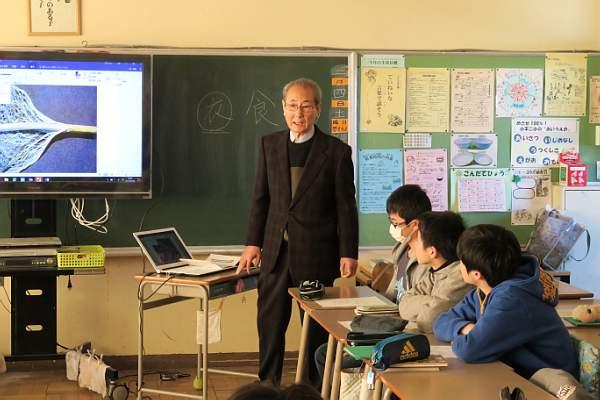 パソコン映像を駆使して衣料とは異なる繊維について解説する鈴木さん
