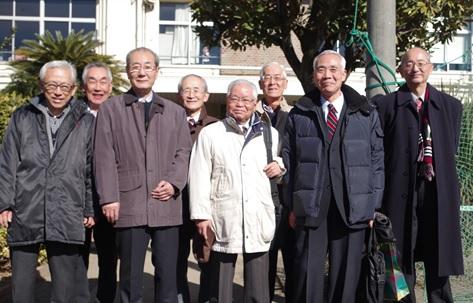 講師陣(前列中央の3名)と小平稲門会からの参観者