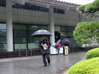 三の丸尚蔵館の外は大雨でした