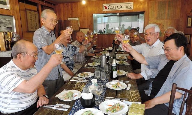 斎藤まゆさんのKISVIN甲州スパークリングで栗原会長が乾杯!