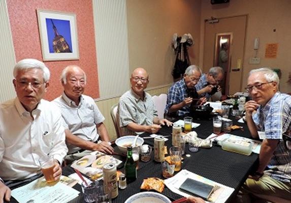 右から新入生の原さんと若林さん、今日から1年先輩になった末次さんと村木さん