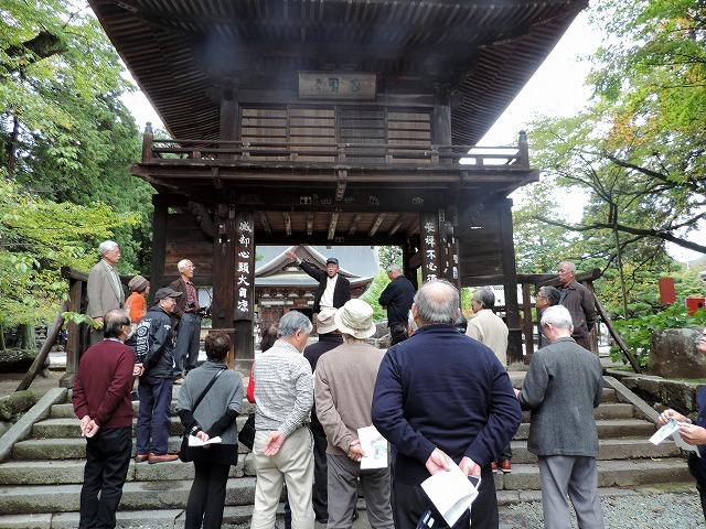 恵林寺「三門」の前で早川観光大使の解説が続く