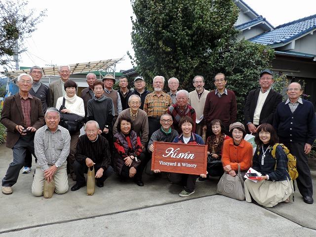 萩原社長と斎藤さん(前列中央)を囲んで記念撮影