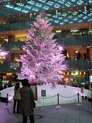 「KITTE」ビルの色が変わるクリスマスツリー