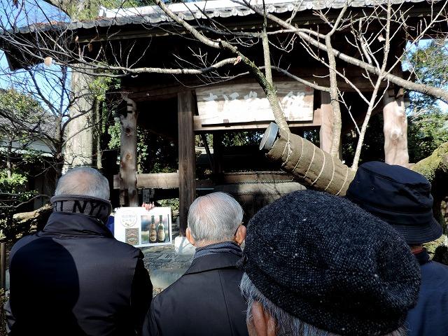 麦酒釜館の前で麦酒製造の歴史を伺う